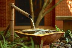 Característica de bambú del agua en jardín incluido fotografía de archivo libre de regalías
