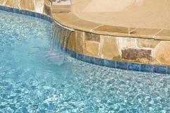 Característica suburbana del agua de la piscina Fotos de archivo libres de regalías