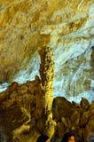 Características pitorescas do cársico iluminadas na caverna Foto de Stock Royalty Free