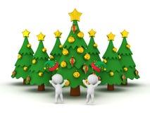 caracteres 3D en sombreros del duende y varios árboles de navidad Fotografía de archivo