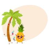 Caracteres divertidos de la piña y de la palma del trópico que sostienen los vidrios de cóctel Foto de archivo