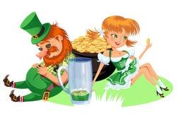 Caracteres, duende y muchacha del día de St Patrick con la taza de cerveza verde, cerveza inglesa llena de cristal del alcohol, h Foto de archivo