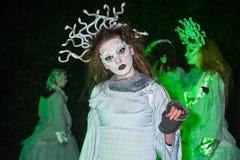 Caracteres en el mundo terrenal en Halloween Fotos de archivo