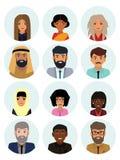 Caracteres multiculturales del concepto, del hombre y de la mujer de la sociedad Iconos planos fijados Ilustración del vector stock de ilustración