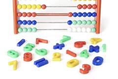 Caracteres numéricos multicolores con el ábaco Imagenes de archivo