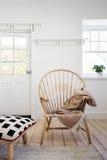 Caracterize a cadeira de madeira do braço com do lance e do coxim o otomano dentro distante imagem de stock royalty free