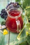 Carafe красного вина со связкой винограда стоковое изображение