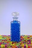 Carafe avec les boules colorées Photos libres de droits