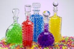 Carafe avec les boules colorées Photographie stock