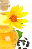 Carafe con olio vegetale e un girasole fotografia stock libera da diritti