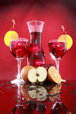 Carafe della sangria per due o punzone di frutta Immagini Stock
