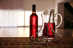 Carafe en verre de vin sur la table Image libre de droits