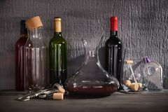 Carafe en verre de vin sur la table contre Photos libres de droits