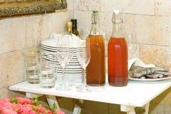 2 carafes с компотом и блюда на таблице Стоковые Изображения