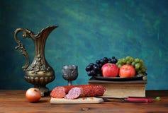 Caraffa e frutta del metallo Fotografia Stock Libera da Diritti