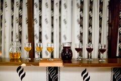 Caraffa e vetri di vino rosso e bianco al partito rustico fotografie stock libere da diritti
