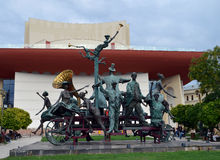 Caragealiana skulptur framme av den nationella teatern, Bucharest, Arkivbild