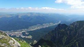 Caraiman山, reveiling Bucegi市,罗马尼亚的空中飞行 股票视频