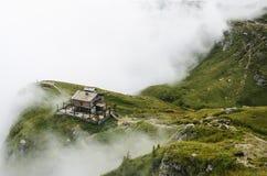 Caraiman瑞士山中的牧人小屋 免版税库存图片