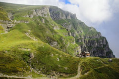 Caraiman瑞士山中的牧人小屋 图库摄影