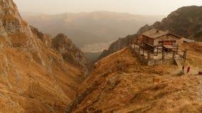 Caraiman瑞士山中的牧人小屋 免版税库存照片