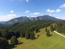 Caraiman-Berg an einem sonnigen Tag Vogelansicht lizenzfreie stockbilder