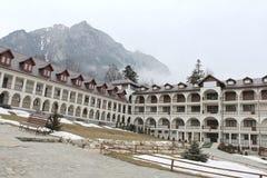 Caraiman kloster från Busteni Rumänien gårdsikt Arkivfoto