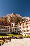 Caraiman kloster från Busteni Rumänien gårdsikt Royaltyfri Bild