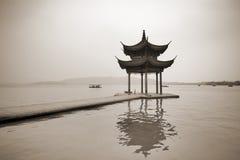 Caramanchão obscuro no lago Xihu Imagens de Stock