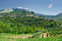 Caramanico, liten by i abruzzo & x28; Italy& x29; med månen Royaltyfria Foton