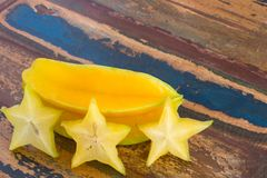 Carambola und Scheiben auf Holztisch Stockfotografie