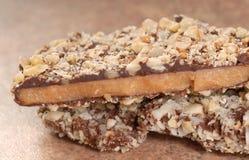 Caramel anglais de chocolat foncé avec des unts de noix de pécan Photo stock