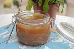 Caramel de lait dans un pot photo libre de droits