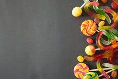 Caramel et vers pour Halloween sur le fond noir image libre de droits