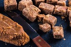 Caramel fait maison traditionnel de fondant, coupe en cubes en places Images stock