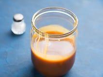 Caramel salé fait par maison dans le pot en verre Image libre de droits
