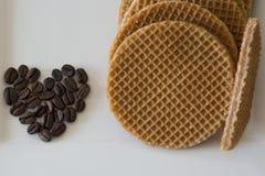 Caramel Stroopwafels et grains de café Photographie stock