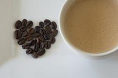Caramel Stroopwafels et grains de café Images stock