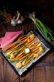 Caramelised моркови, луки весны и испеченные картошки стоковое фото