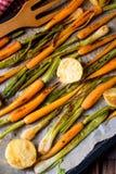 Caramelised моркови, луки весны и испеченные картошки стоковое изображение