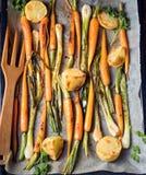 Caramelised моркови, луки весны и испеченные картошки стоковые изображения