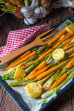 Caramelised моркови, луки весны и испеченные картошки стоковое изображение rf