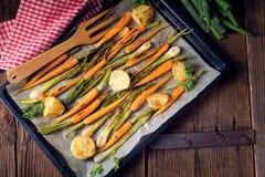 Caramelised моркови, луки весны и испеченные картошки стоковые изображения rf