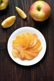 Caramelized куски яблока на плите Стоковые Фотографии RF