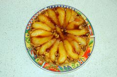 Caramelized пирог груши с грецкими орехами стоковые фото