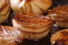 caramelized половины лука с бальзамическим уксусом в макросе лотка Стоковые Фото