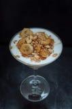 Caramelized bananer med yoghurten, bakterie, honung Arkivfoto