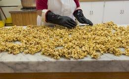 Caramelized kanderat popcorn Arkivbild