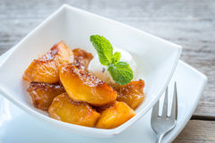 Caramelized peaches with vanilla ice cream Royalty Free Stock Photos