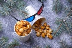 Caramelized popcorn och exponeringsglas 3d Arkivfoton